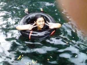 Berenang di tempat yg dalem,,, mesti pake ban deh!